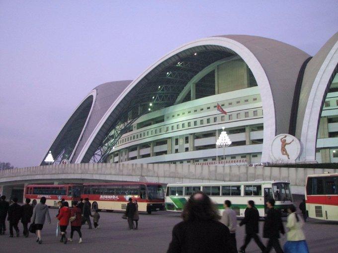 Sân vận động mở cửa vào 1/5/1989 và tu sửa lại vào năm 2014. Đây là địa điểm tổ chức nhiều sự kiện hoành tráng, trong đó có giải đấu vật chuyên nghiệp năm 1995 và Festival Thanh niên, Sinh viên Thế giới lần thứ 13, với 22.000 đại biểu đến từ 177 quốc gia. Ảnh: Chris Price/Flickr.