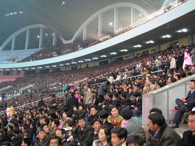 Rất nhiều người phải ngồi trên khán đài cao và cách xa sân thi đấu. Ảnh: Chris Price/Flickr.