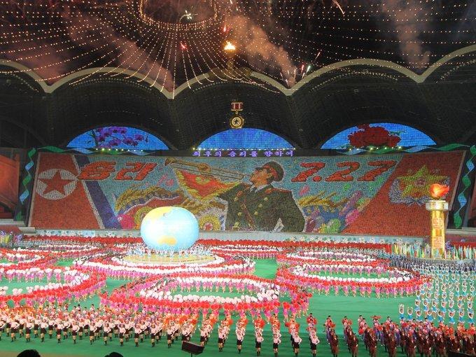 Đây là dịp người Triều Tiên ca ngợi đất nước, các nhà lập quốc và lãnh đạo đương nhiệm thông qua những màn biểu diễn thể dục dụng cụ và nhảy múa. Ảnh: Nick Bonner.