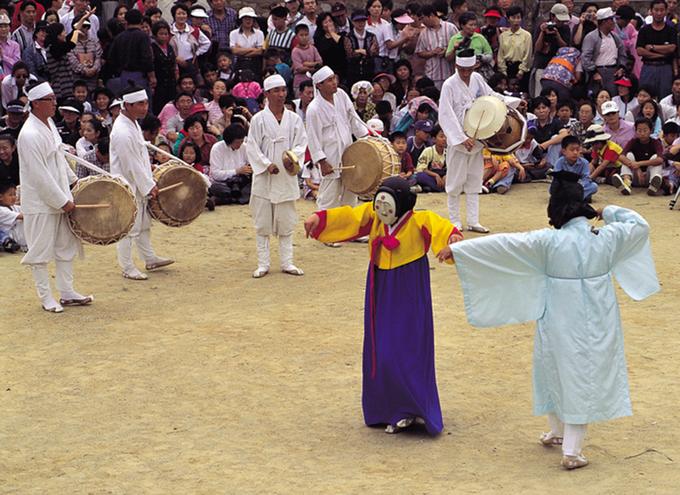 """Để có một điệu nhảy, chắc chắn phải có âm nhạc. Mỗi tiết mục talchum của từng khu vực lại có các loại nhạc cụ riêng kèm theo. Tuy nhiên, về cơ bản một dàn nhạc thường có """"haegum"""" – loại đàn nhị Hàn Quốc, một loạt loại sáo ngang, chiêng và trống. Nhân vật trong ảnh là Kaksi, cô dâu. Ảnh: antiquealive."""