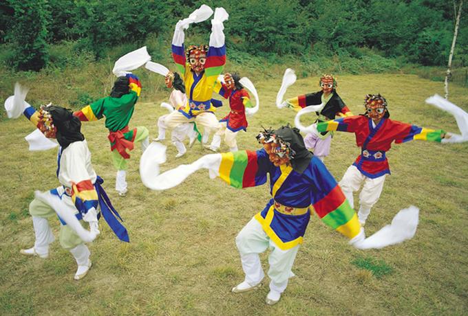 Các vũ điệu với những chiếc mặt nạ ở Hàn Quốc xoay quanh 4 chủ đề chính. Đầu tiên là nhạo báng sự hoang mang, ngu xuẩn và bất hạnh chung của tầng lớp quý tộc. Thứ hai là tình yêu tay ba giữa người chồng, người vợ và một vợ lẽ. Chủ đề thứ ba là nhà sư đồi bại và hư hỏng, như Choegwari. Cuối cùng là câu chuyện phổ quát hơn, về cái tốt phải chung sống với cái xấu, và cái tốt giành chiến thắng cuối cùng. Ảnh: antiquealive.