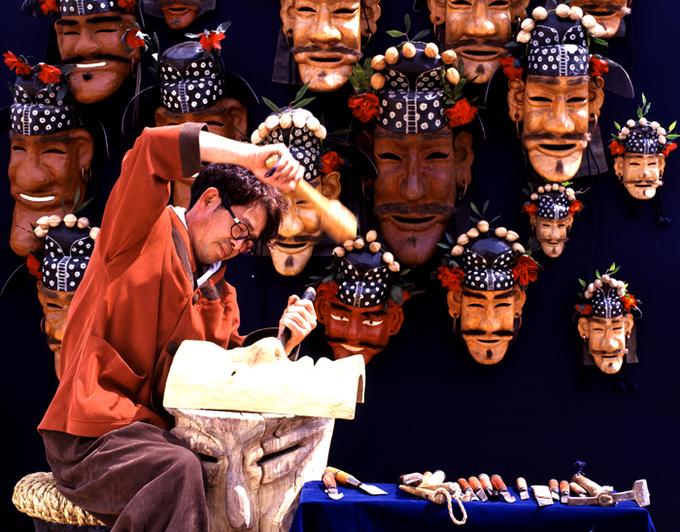 Theo truyền thuyết, thời kỳ Cao Ly ở Hàn Quốc, các vị thần ra lệnh cho thợ thủ công Huh Chongkak, dân làng Hahoe, phải tạo ra 12 chiếc mặt nạ gỗ khác nhau. Họ yêu cầu Chongkak không được gặp mặt ai cho đến khi hoàn tất công việc của mình.  Đến khi người thợ này hoàn thành nửa trên của chiếc mặt nạ cuối cùng mang tên Imae - Kẻ Ngốc, một cô gái thầm yêu anh đã lén nhìn trộm. Ngay lập tức, Chongkak bị xuất huyết và chết, để lại chiếc mặt nạ cuối cùng không có hàm dưới. Ảnh: Antique Alive.