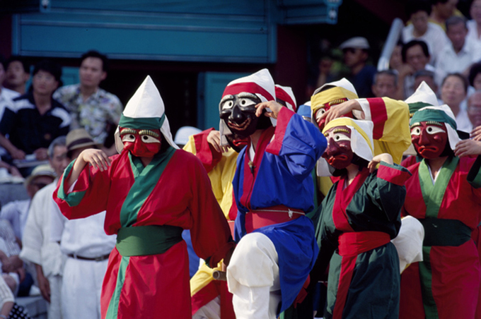 """Những chiếc mặt nạ làng Hahoe và điệu nhảy của người dân khi đeo chúng là văn hoá truyền thống của người Hàn Quốc. Ngày nay, 9 trong số 12 chiếc mặt nạ trên có mặt trong danh sách """"Kho tàng văn hoá Hàn Quốc"""", 3 chiếc còn lại đã bị thất lạc. Có 12 nhân vật trong bộ mặt nạ Hahoe. 3 nhân vật mất tích là Chongkak (cử nhân), Byulchae (người thu thuế) và Toktari (ông già). 9 chiếc mặt nạ vẫn tồn tại là: Yangban (quý tộc), Kaksi (người phụ nữ trẻ hay cô dâu), Chung (tu sĩ Phật giáo), Choraengi (người hầu của Yangban), Sonpi (học giả), Imae (người ngu ngốc và đầy tớ vô dụng của Sonpi), Bune (vợ lẽ), Baekjung (kẻ giết người), và Halmi (bà già). Ảnh: antiquealive."""