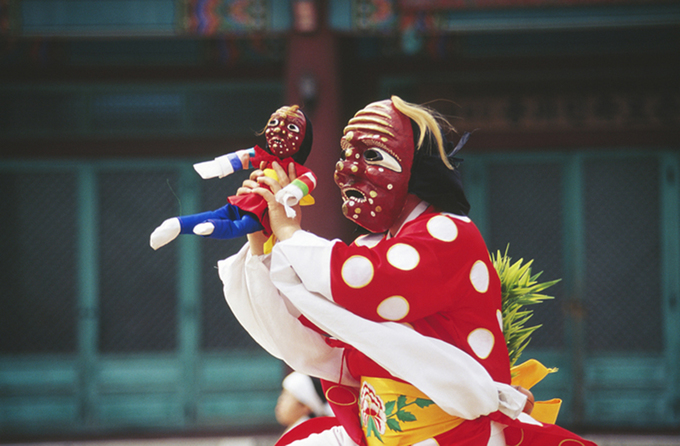 Những chiếc mặt nạ làng Hahoe chỉ là một trong hàng chục phong cách mặt nạ Hàn Quốc với các điệu múa liên quan. Những khu vực khác nhau lại sáng tạo ra một hình thức nghệ thuật riêng. Các mặt nạ từ tả thực đến kỳ dị. Một số mặt nạ có hình tròn, bầu dục, một số khác lại có hình tam giác với phần cằm dài và nhọn. Ảnh: antiquealive.