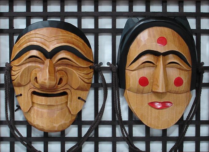 Những chiếc mặt nạ trong văn hoá Hàn Quốc thời trước giúp những người ẩn danh tự do bày tỏ lời chỉ trích về giới chức sắc địa phương, tầng lớp quý tộc... Một số tiết mục cũng hướng sự chỉ trích vào các tầng lớp thấp hơn trong xã hội, những người say rượu, người thích lăng nhăng, hay đồn thổi… Ảnh: antiquealive.