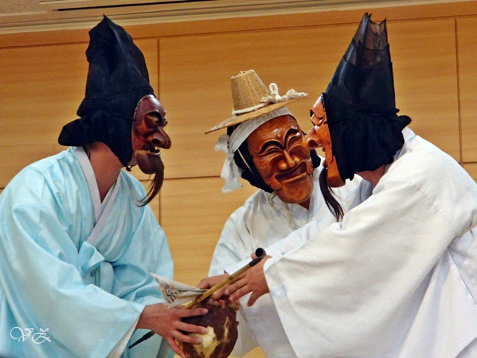 """Theo các nhà nghiên cứu, những màn biểu diễn với mặt nạ (Tiếng Hàn: talchum) đầu tiên có thể đã xuất hiện từ những năm 18 TCN đến năm 935. Giai đoạn này là thời kỳ của vương quốc Silla, với sự có mặt của điệu múa kiếm """"kommu"""", trong đó các vũ công đeo mặt nạ. Ảnh: littlenomadid."""