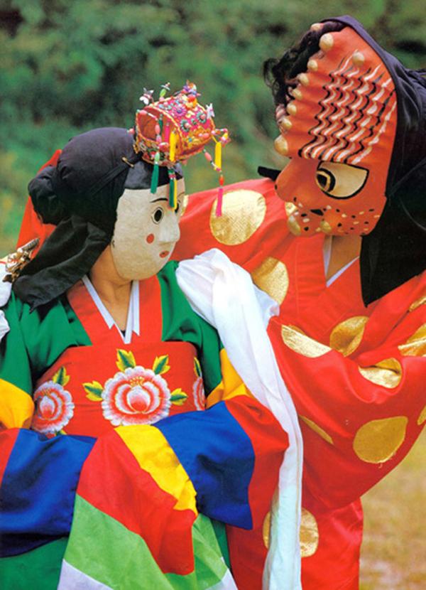 Kommu trở nên phổ biến trong thời kỳ Cao Ly, kéo dài đến năm 1932. Đến cuối thời đại này, talchum – điệu múa với những chiếc mặt nạ đã xuất hiện trong dân gian. Huh Chongkak phát minh ra phong cách mặt nạ Hahoe từ khu vực Andong. Cũng vào giai đoạn đó những nghệ nhân khác trên khắp bán đảo Triều Tiên cũng tạo ra những chiếc mặt nạ sống động, phục vụ loại hình châm biếm này. Trong ảnh là nhân vật Chwibari, đang nhìn chằm chằm vào cô dâu của mình đằng sau lớp mặt nạ của nhân vật Bongsan. Ảnh: antiquealive.