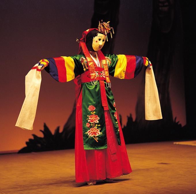 Các diễn viên đeo mặt nạ thường mặc những chiếc áo lụa hanbok hoặc quần áo truyền thống đầy màu sắc. Phần tay áo dài, màu trắng giúp chuyển động của diễn viên trở nên sinh động hơn, nhất là khi họ đeo mặt nạ có hàm cố định làm ẩn đi biểu cảm gương mặt. Ảnh: antiquealive.