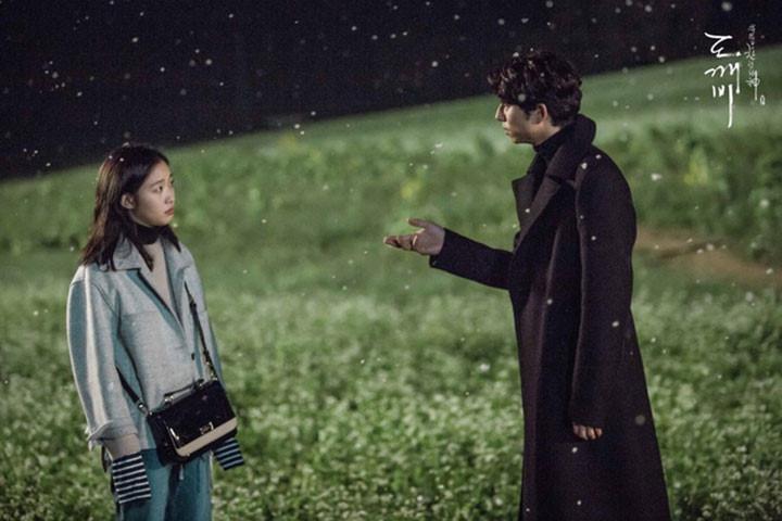 Nông trại Hagwon (Jeollabuk, Hàn Quốc): Hai nhân vật chính đứng cùng nhau giữa cánh đồng hoa li ti trắng dưới trời tuyết rơi là một trong những cảnh phim lãng mạn nhất của bộ phim. Cánh đồng hoa kiều mạch này hoàn toàn có thật ở ngoài đời và là một địa điểm du lịch rất nổi tiếng ở Hàn Quốc. Không chỉ có hoa kiều mạch trắng, nơi này còn có nhiều loại hoa nở theo mùa rất đẹp như hướng dương vào mùa hè, cúc vào mùa thu… Ảnh: HDO TV.