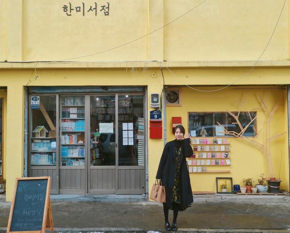 Nhà sách Mocca (Seoul, Hàn Quốc): Hiệu sách này là nơi diễn ra cảnh phim hài hước khi Eun-tak vô tình gọi Kim Shin đến khi đang thổi tắt lửa trên con mực nướng của mình. Địa điểm này từng xuất hiện rất nhiều trong các hình ảnh và video quảng cáo. Nhà sách Mocca đã đóng cửa. Tuy vậy, bạn vẫn có thể chụp những tấm hình rất đẹp từ bức tường graffity ngay đó. Ảnh: Bingbbong.
