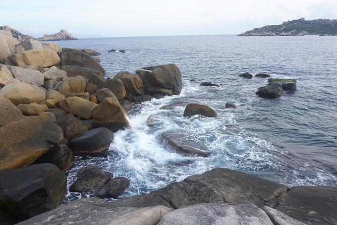 Sau chặng đường gian nan, tôi cũng đã đến được nơi đón bình minh đầu tiên của Việt Nam. Từ đây, bạn sẽ thấy toàn bộ khung cảnh của biển.
