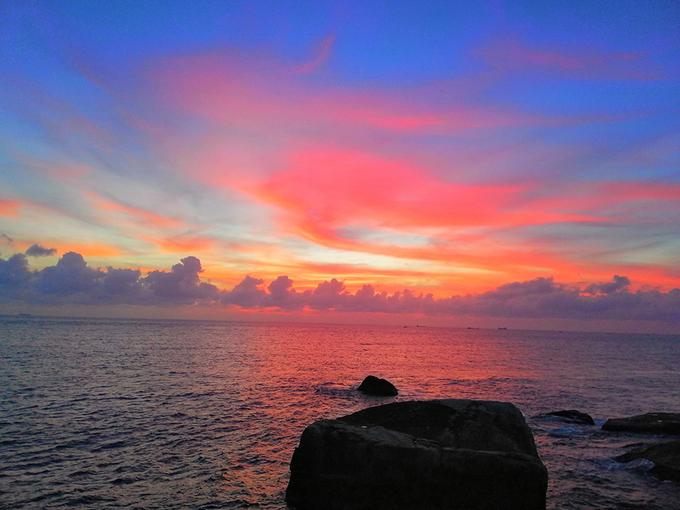 Đứng từ trên đỉnh, bạn sẽ nhìn thấy mặt trời từ dưới biển mọc lên, bầu trời với đủ sắc màu rực rỡ.