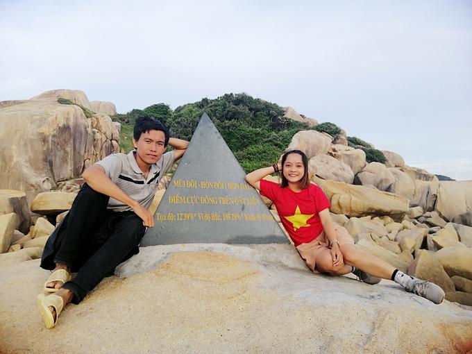 Tôi cùng các bạn đồng hành chụp ảnh kỷ niệm ở điểm đánh dấu Mũi Đôi - điểm cực Đông trên đất liền của Việt Nam. Sau khi chụp hình, chúng tôi về Bãi Rạng để dọn lều.