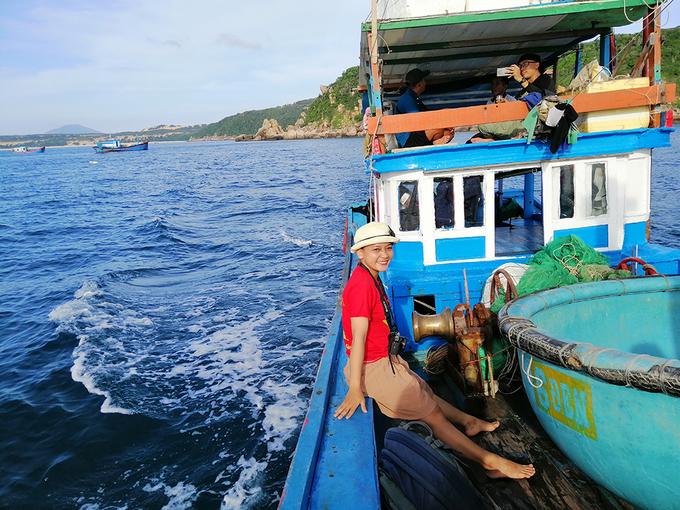 Khi đi, chúng tôi trekking đường bộ, còn khi về ngồi thuyền. Thuyền từ Mũi Đôi về đến Đầm Môn là 1,6 triệu, đủ chỗ cho 10 người. Lướt trên biển, tôi tận hưởng cảm giác thư thái giữa mênh mông biển nước, nhìn Hòn Đôi xa dần trong tầm mắt.