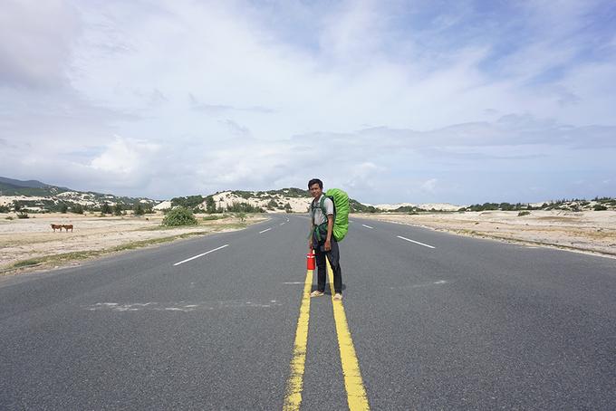 Tôi cùng anh Trường - người dẫn cung trekking, đi xe máy từ TP Nha Trang đến Đầm Môn (100 km) trong một buổi trưa nắng tháng 11. Đoạn đầu tiên, bạn sẽ phải đi bộ di chuyển từ chợ Đầm Môn đến những cồn cát mịn nối nhau liên tiếp.