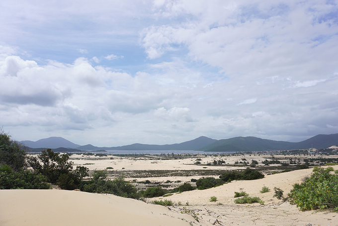 Những người đi trekking cực Đông thường đùa với nhau rằng, các cồn cát giống như sa mạc. Từ đây, bạn sẽ thấy núi, biển, tàu thuyền, khung cảnh làng xóm.