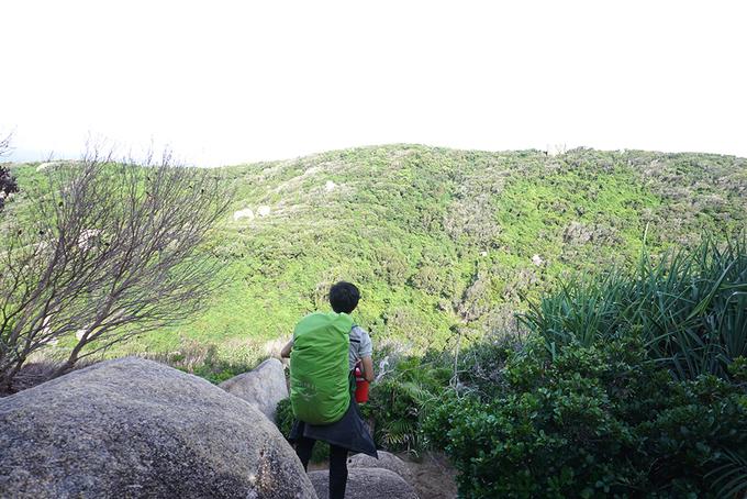 Hành trình trekking cực Đông có địa hình rất đa dạng. Sau khi đi bộ qua những bãi cát dài, bạn đến với khu vực núi đồi.