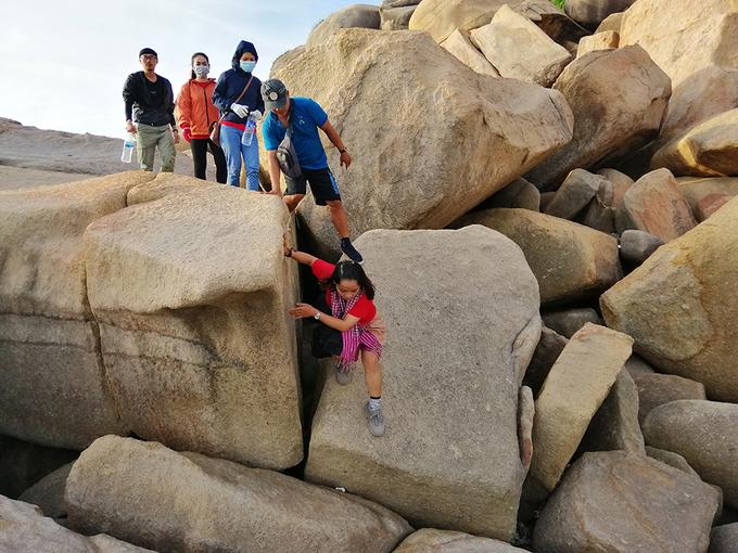 4h30 sáng hôm sau, chúng tôi thức dậy để chuẩn bị đến chóp Mũi Đôi. Đường đi hết 30 phút, qua rất nhiều ghềnh đá lớn nên bạn phải dùng tay bám vào đá cẩn thận khi di chuyển.