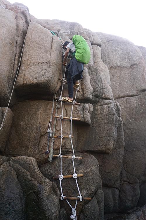 Chóp cực Đông nằm trên một tảng đá nguyên khối lớn, để lên được đỉnh chóp, bạn tiếp tục đu theo dây có sẵn và leo lên.