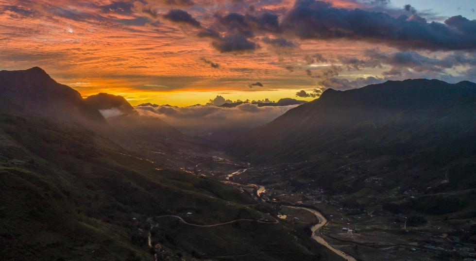 Núi rừng Sa Pa vào lúc mây luồn đẹp như bức tranh thủy mặc, chụp lúc bình minh - Ảnh: NÔNG THANH TOÀN
