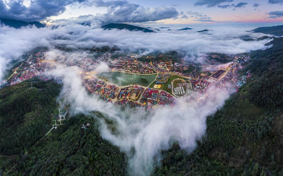 Mây luồn thị trấn Sa Pa đẹp như thành phố châu Âu khi nhìn từ trên cao - Ảnh: NÔNG THANH TOÀN