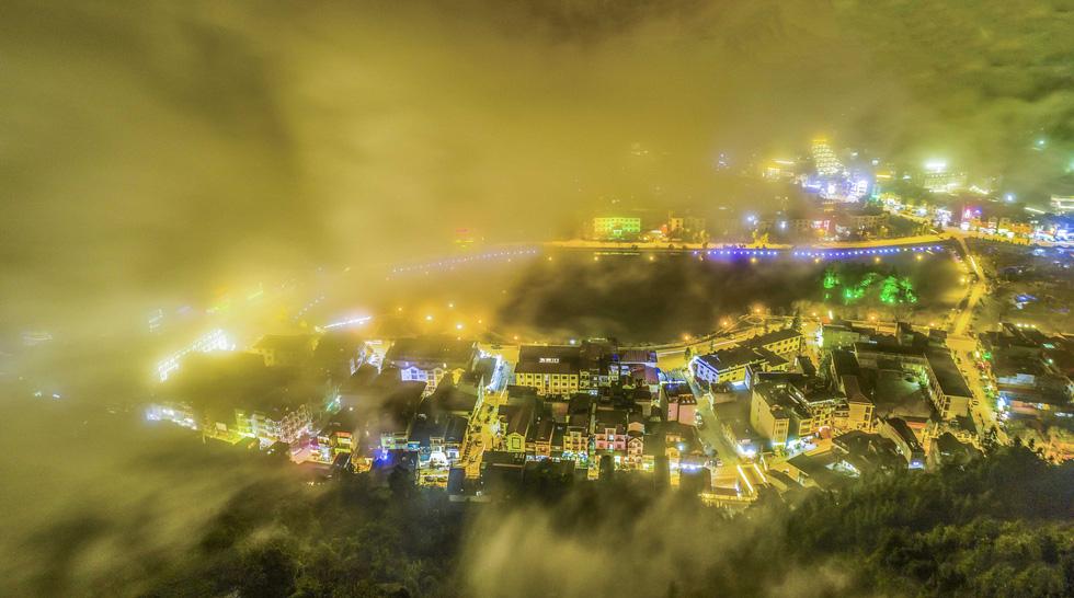Thị trấn Sa Pa bồng bềnh trong mây và khung cảnh càng mê hoặc hơn khi về đêm - Ảnh: NÔNG THANH TOÀN