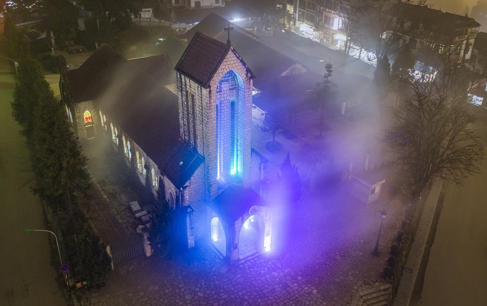Nhà thờ đá Sa Pa lung linh, huyền ảo trong đêm - Ảnh: NÔNG THANH TOÀN