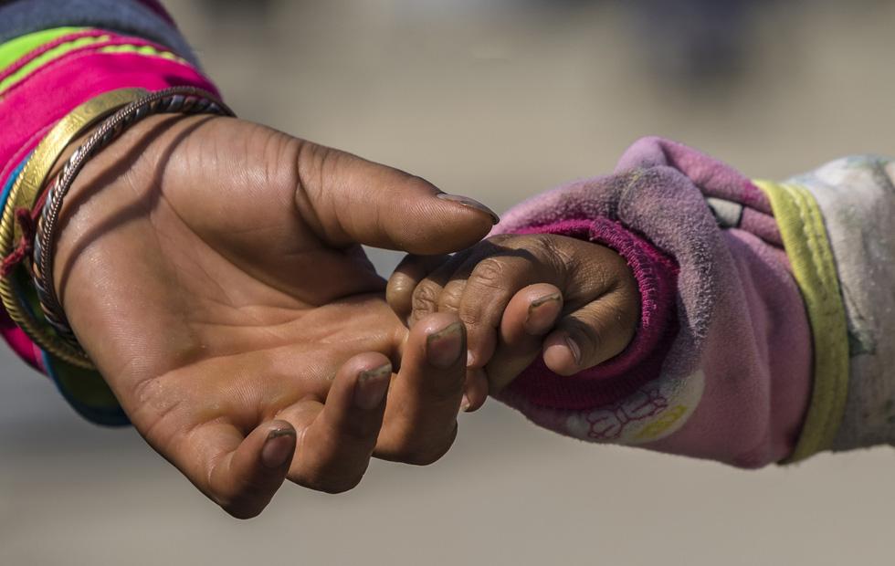 Ngoài việc săn mây luồn, tác giả còn ghi lại khoảnh khắc nắm chặt tay chia sẻ tình yêu thương của người Sa Pa khi những cơn gió đầu đông tràn về - Ảnh: NÔNG THANH TOÀN