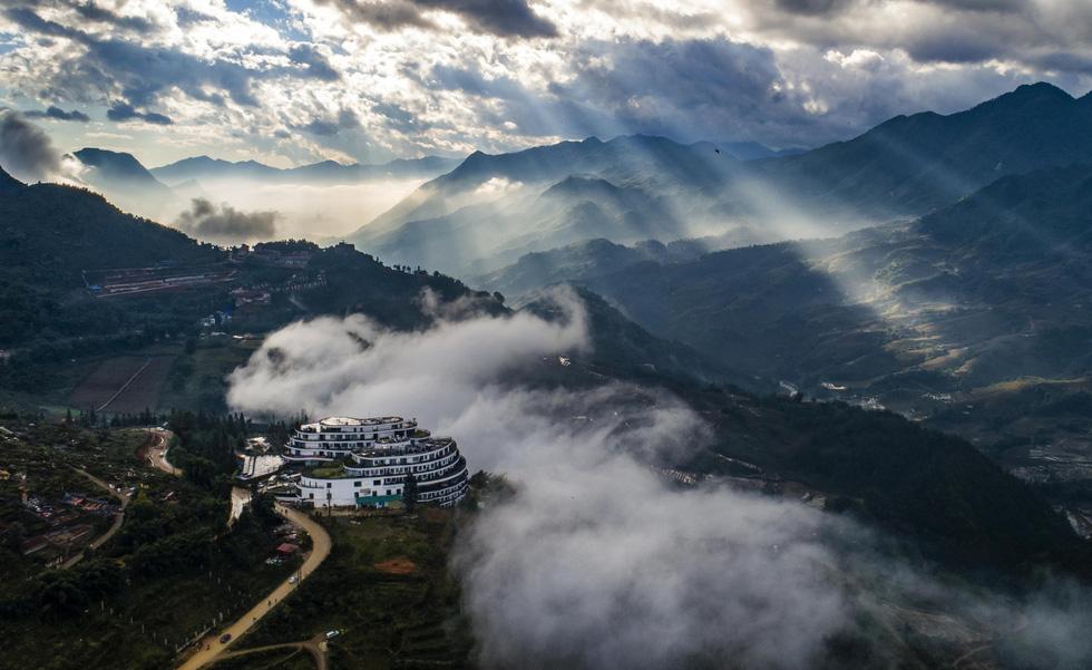 Đến với Sa Pa mùa này, du khách dễ gặp cảnh mây luồn, ray nắng (tia nắng xuyên qua mây luồn) - Ảnh: NÔNG THANH TOÀN