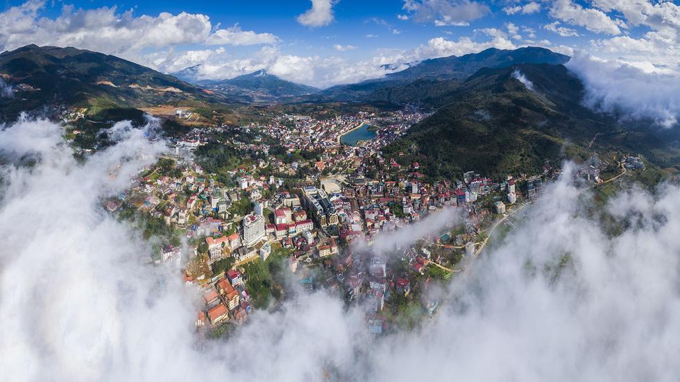 Toàn cảnh Sa Pa ẩn hiện trong mây luồn - Ảnh: NÔNG THANH TOÀN