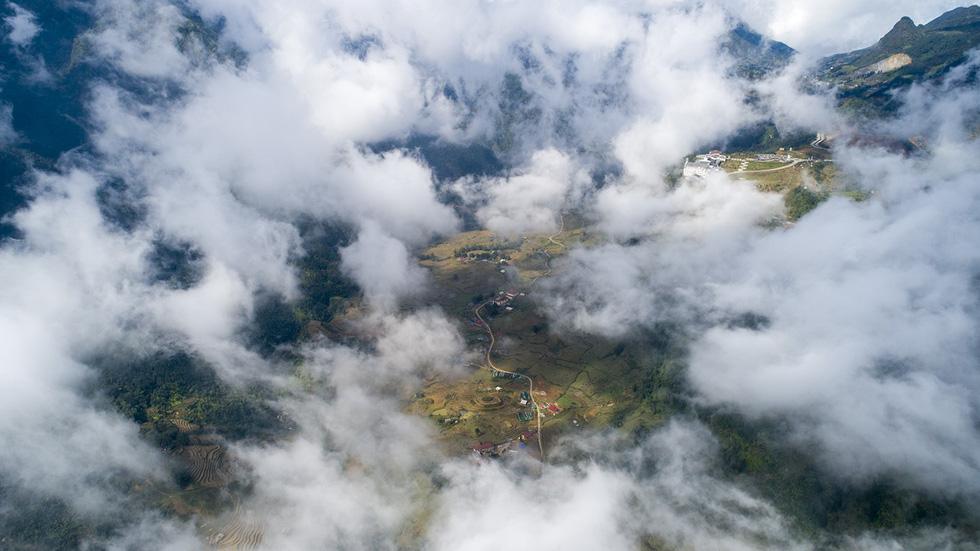Mây luồn giăng giăng trên các thung lũng - Ảnh: NÔNG THANH TOÀN