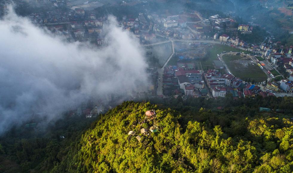 Những dải lụa mây luồn trắng tinh khôi dập dìu trên thị trấn - Ảnh: NÔNG THANH TOÀN