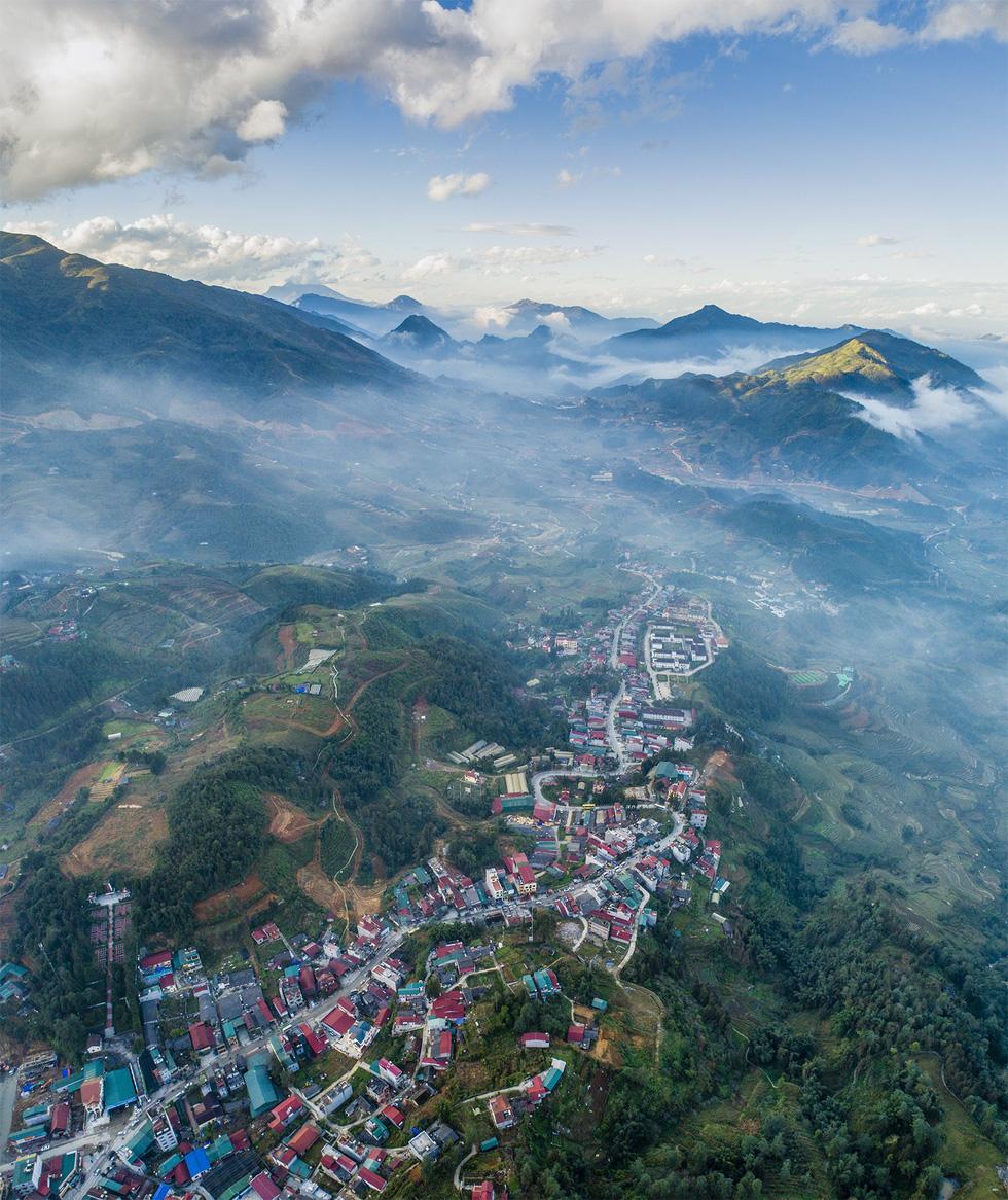 Sắc trắng của mây bay tương phản với màu xanh của đồi núi trùng điệp - Ảnh: NÔNG THANH TOÀN