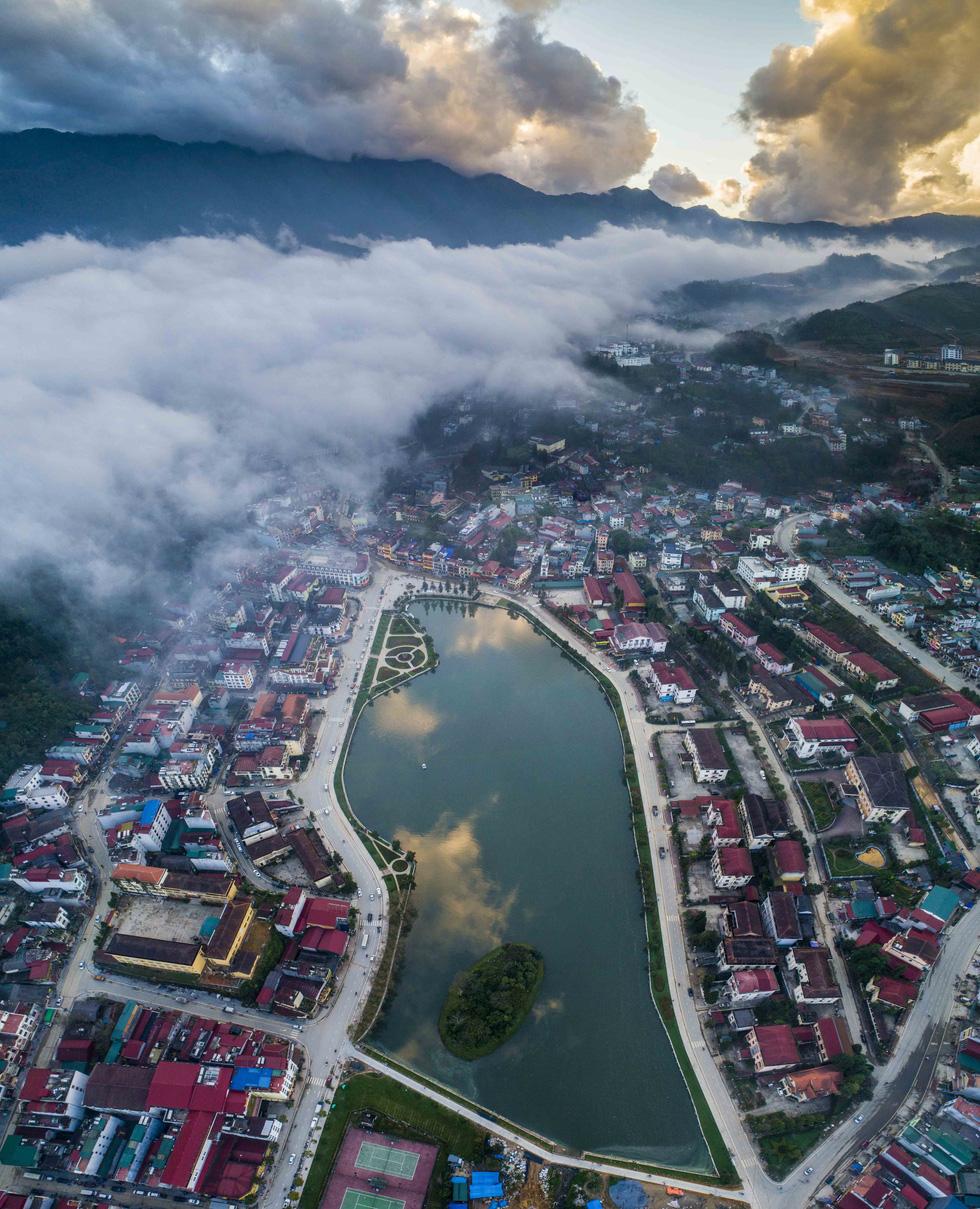 Mây luồn lúc hoàng hôn trên hồ Sa Pa thuộc trung tâm thị trấn Sa Pa - Ảnh: NÔNG THANH TOÀN
