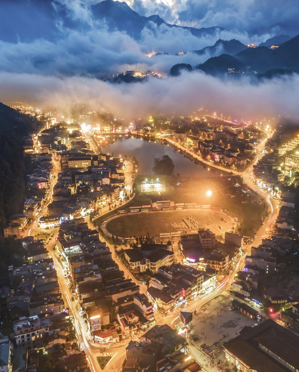 Mây luồn huyền ảo trên thị trấn Sa Pa rực sáng ánh đèn đêm - Ảnh: NÔNG THANH TOÀN