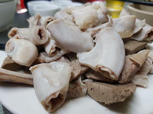 Bạn nên lựa chọn ăn các món nội tạng lợn ở các hàng quen.
