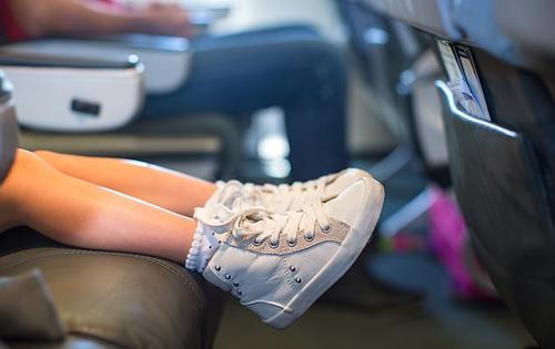Trẻ con thường hay đá chân lên ghế ngồi của người ngồi trước, điều này khiến không ít hành khách cảm thấy khó chịu và không thoải mái trong suốt chuyến bay. Ảnh: TravnikovStudio.