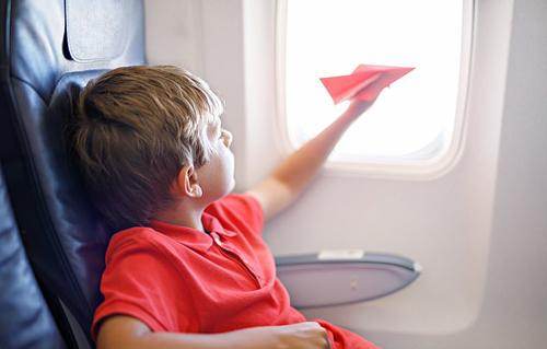 Trẻ con thường hiếu động và tỏ ra buồn chán khi phải ngồi quá lâu trên máy bay. Ảnh: Romrodphoto.