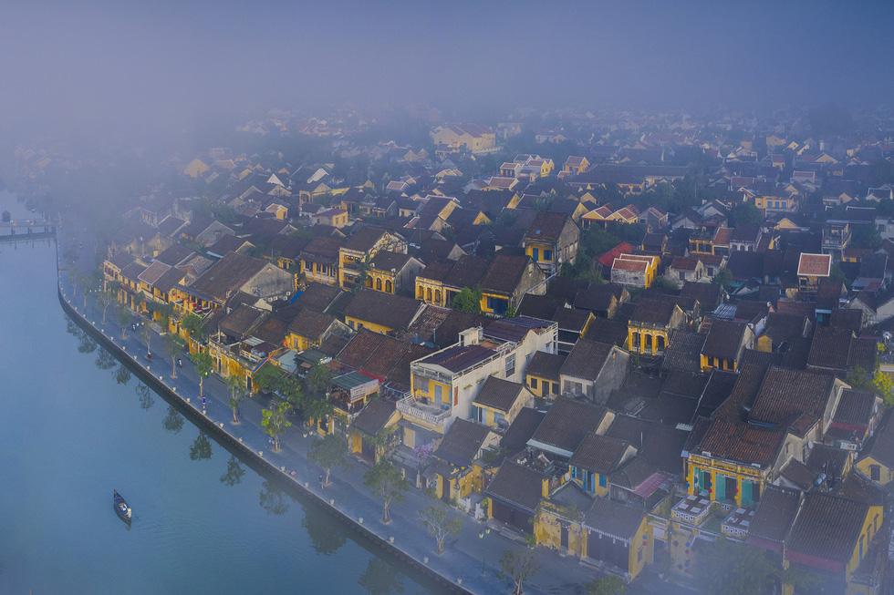 Dòng sông Thu Bồn chảy hiền hòa qua phố cổ Hội An - Ảnh: TRẦN BẢO HÒA