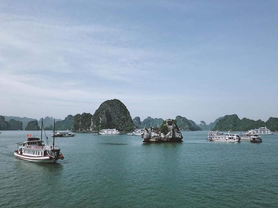 Vịnh Hạ Long: Hạ Long như viên ngọc quý của tỉnh Quảng Ninh khi đã nhiều lần được UNESCO công nhận là Di sản Thiên nhiên Thế giới. Vịnh Hạ Long là danh thắng không còn xa lạ với người Việt và trên bản đồ du lịch thế giới, nhưng điểm đến này không hề cũ hay nhàm chán bởi cảnh quan thiên nhiên đầy mê hoặc và các hoạt động du lịch không ngừng đổi mới qua mỗi năm. Ngày 19/12, Việt Nam chính thức đón vị khách du lịch thứ 15 triệu tại Hạ Long. Một lần nữa thành phố này khẳng định được sức hấp dẫn của điểm đến hàng đầu Việt Nam. Ảnh: Junvu95.