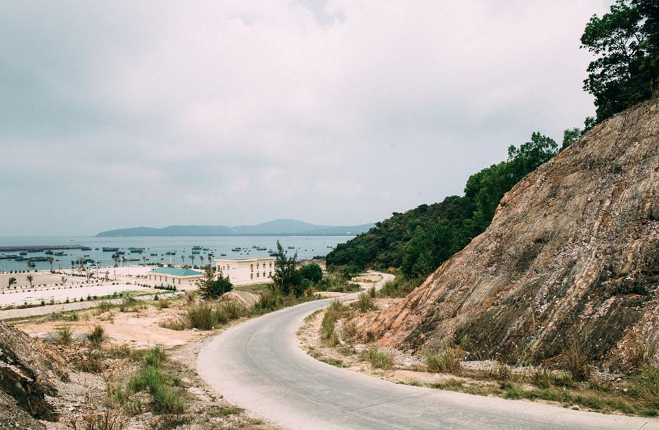 """Đảo Cô Tô: Quần đảo Cô Tô với diện tích khoảng 47,3 km2, ở phía đông huyện Vân Đồn, tỉnh Quảng Ninh, là điểm đến cho bất cứ ai yêu thích hòa mình với thiên nhiên biển hoang sơ, trong lành. Du lịch Cô Tô ngày càng phát triển và thu hút du khách nhiều hơn mỗi năm. Nơi đây là một trong những điểm đến nổi như cồn, được giới trẻ yêu thích, tìm đến nghỉ ngơi và """"sống ảo"""" bên cảnh quan tuyệt đẹp. Ảnh: Vũ Kim Ngân."""