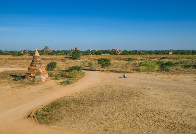 Vùng đất Bagan ở miền trung Myanmar nổi tiếng khắp thế giới bởi vẻ đẹp của hơn 2.200 phế tích đền, chùa, tu viện được xây dựng từ giữa thế kỷ 11. Những công trình này nằm rải rác trên một vùng đất khô bằng phẳng rộng hơn 64 km2.  Du khách tới Bagan nên lựa chọn các phương tiện giao thông thay vì đi bộ để đến được nhiều điểm hơn. Trong đó, cưỡi ngựa là dịch vụ du lịch rất phổ biến bên cạnh khinh khí cầu, xe kéo và xe máy.