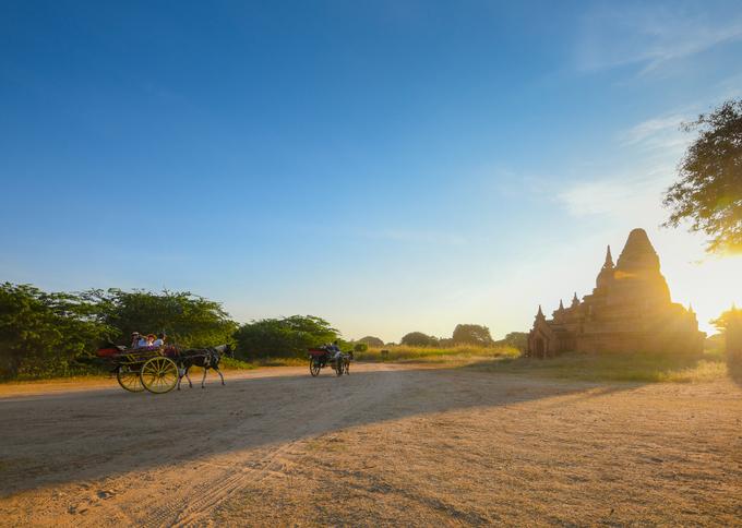 Bagan thuộc vùng khí hậu nhiệt đới, chỉ có mùa mưa và mùa khô. Thời điểm tốt nhất để du lịch đến đây từ tháng 11 đến tháng 2, khi trời quang, nắng nhiều và nhiệt độ dịu mát. Du khách Việt Nam có thể bay thẳng từ Hà Nội và TP HCM tới Yangon với mức vé khứ hồi từ 136 USD. Từ đây, bạn có thể di chuyển bằng xe bus hoặc máy bay tới Bagan.