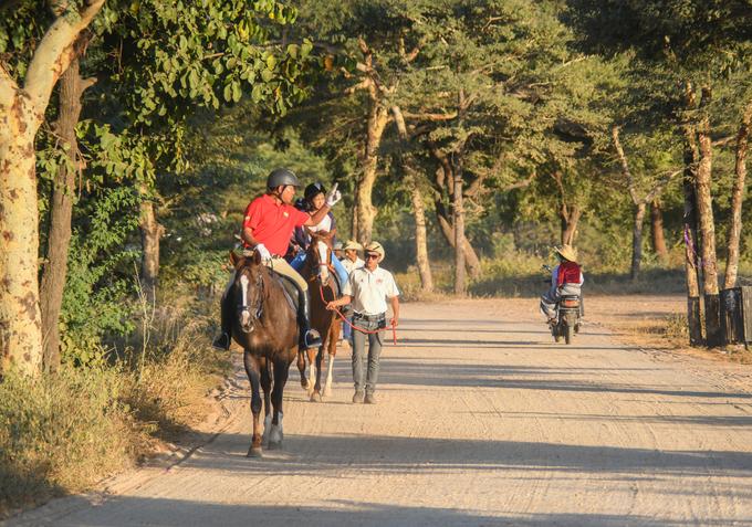 Trong một đoàn có những người dắt ngựa, hai nhân viên dẫn và chốt đoàn, nhóm hỗ trợ. Trong đó, người dắt ngựa luôn theo sát du khách lần đầu trải nghiệm để đề phòng rủi ro. Nhóm hỗ trợ sẽ phục vụ du khách nước uống, khăn ướt và chụp ảnh trên hành trình.