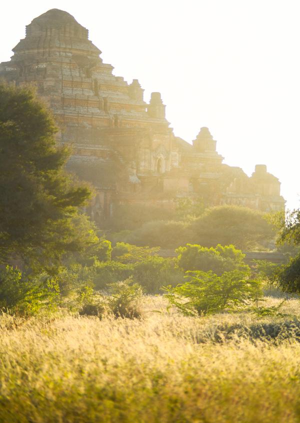 Chuyến đi trên lưng ngựa sẽ đưa du khách len lỏi qua những ngôi đền nằm rải rác khắp vùng Bagan. Trong ảnh là đền Dhammayangyi xây dựng từ năm 1167 và là kiến trúc Phật giáo có diện tích lớn nhất tại đây.