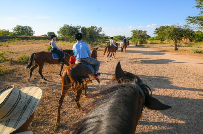 Bất cứ khi nào du khách có nhu cầu dừng lại để chụp ảnh, các nhân viên sẽ đáp ứng. Đoàn ngựa chủ yếu chỉ đi với tốc độ chậm để giữ an toàn và giúp du khách có thời gian ngắm nhìn những di tích cổ đại.