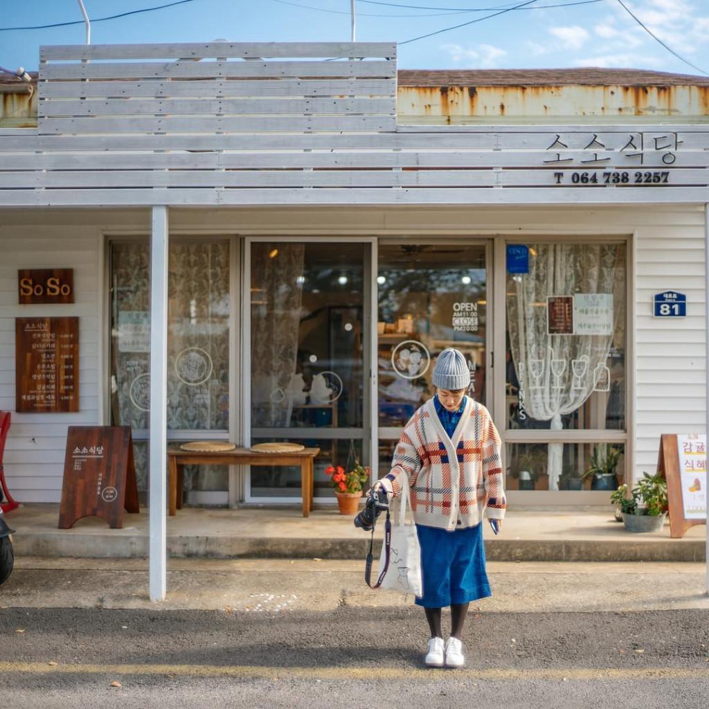 Không chỉ sở hữu phong cảnh hữu tình, Jeju còn có nhiều điểm đến hấp dẫn như núi lửa Halla, được mệnh danh là nóc nhà của Hàn Quốc; con đường ma, con đường duy nhất mắt thường thấy xe đang lên dốc nhưng thực tế là xuống dốc; làng văn hóa dân gian Jeju và công viên Tình Yêu. Ảnh: @evanlune, @itsyourdayz, @ko_hi_biyori, @sinhhye.