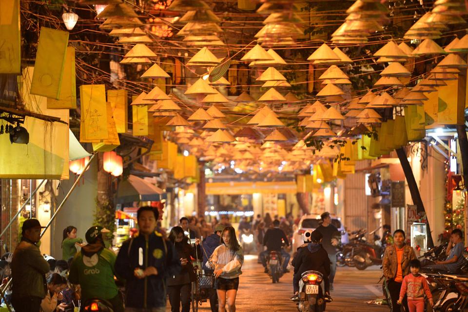 Thời gian gần đây, những chiếc nón lá truyền thống của Việt Nam đã trở thành tâm điểm chú ý của người dân và du khách khi tới Hà Nội. Trên phố Đào Duy Từ, khoảng 1.000 nón lá được treo đan xen với đèn lồng nghệ thuật tạo nên không gian ấn tượng.