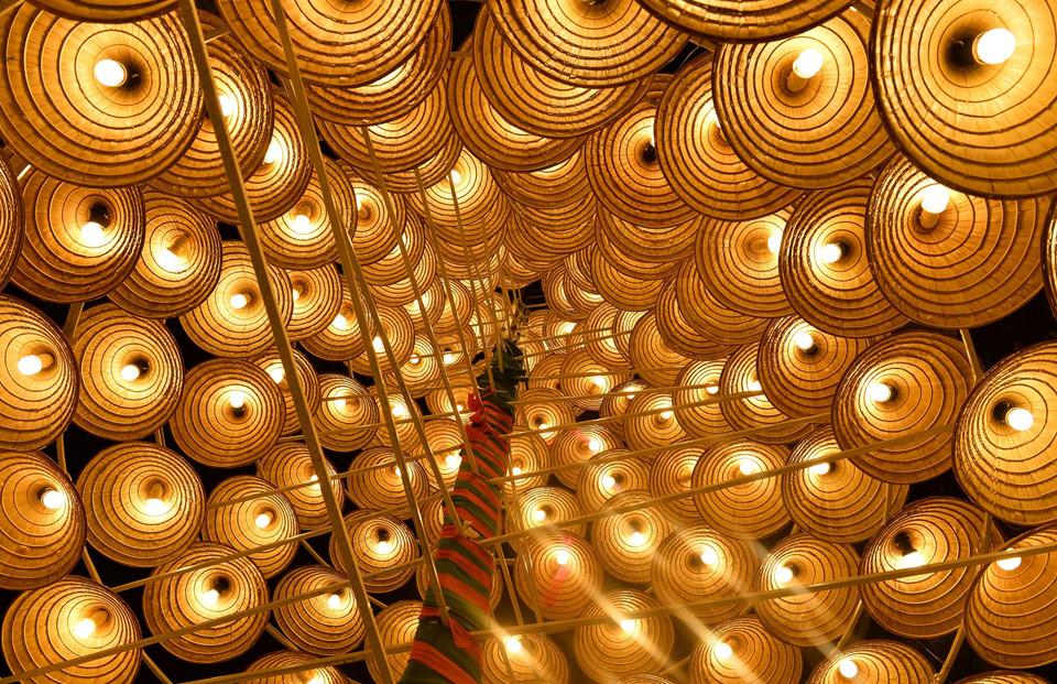 Thực tế, đây không phải là cây thông noel bằng nón lá duy nhất tại Hà Nội. Một cây thông Noel khác cao 11 m tọa lạc trước cửa một chung cư trên đường Lê Văn Lương khiến nhiều người thích thú.