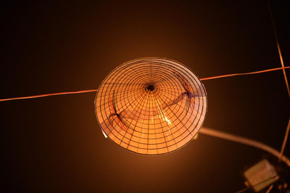 Từ xưa, người Việt đã coi nón lá là vật dụng truyền thống trên cả 3 miền Bắc, Trung và Nam.